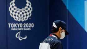 El logo de los Juegos Paralímpicos de Tokio 2020 detrás de un empleado