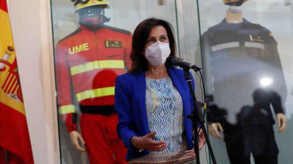 La ministra de Defensa, Margarita Robles, en la base de la UME.