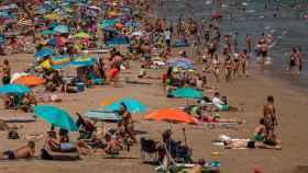 Una playa de Valencia abarrotada de turistas el pasado sábado.