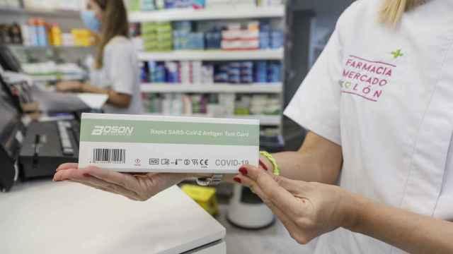Archivo - Una caja con test de antígenos de autodiagnóstico destinado a la detección de covid-19 en una farmacia.