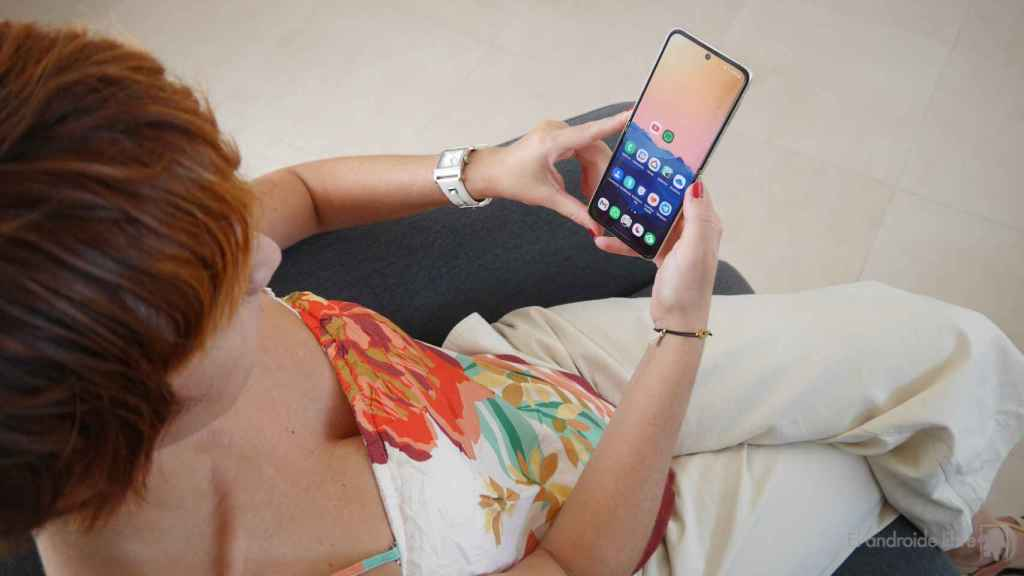 Mujer usando un Samsung Galaxy Z Flip 3