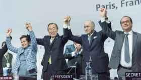 Ban Ki-moon, ex secretario general de la ONU, y varios líderes mundiales en la clausura de la COP21 en París (2015).