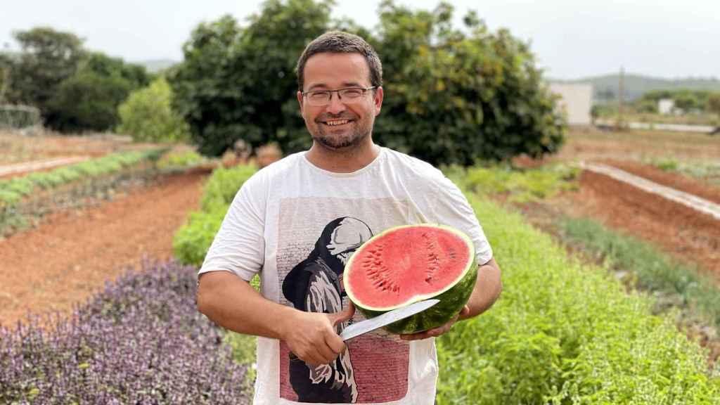 Raimon Torres con una de sus sandías en Tierra de Ibiza