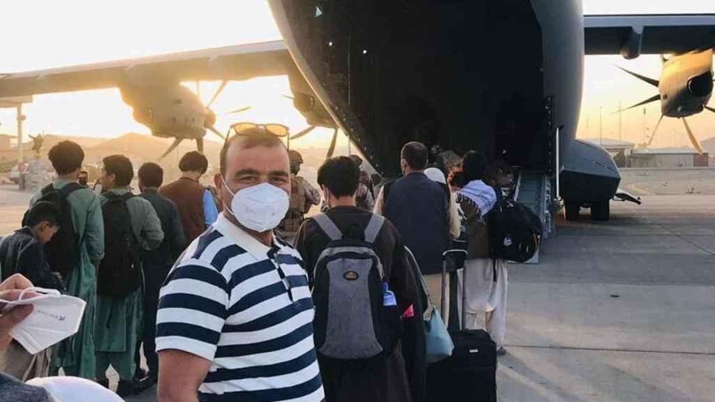 Hayatullan Sadiqi en el aeropuerto de Kabul, en el momento de tomar el vuelo militar a España.