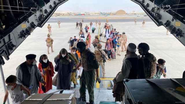 Afganos españoles abordan un A400 del Ejército del Aire en Kabul durante una de las evacuaciones.