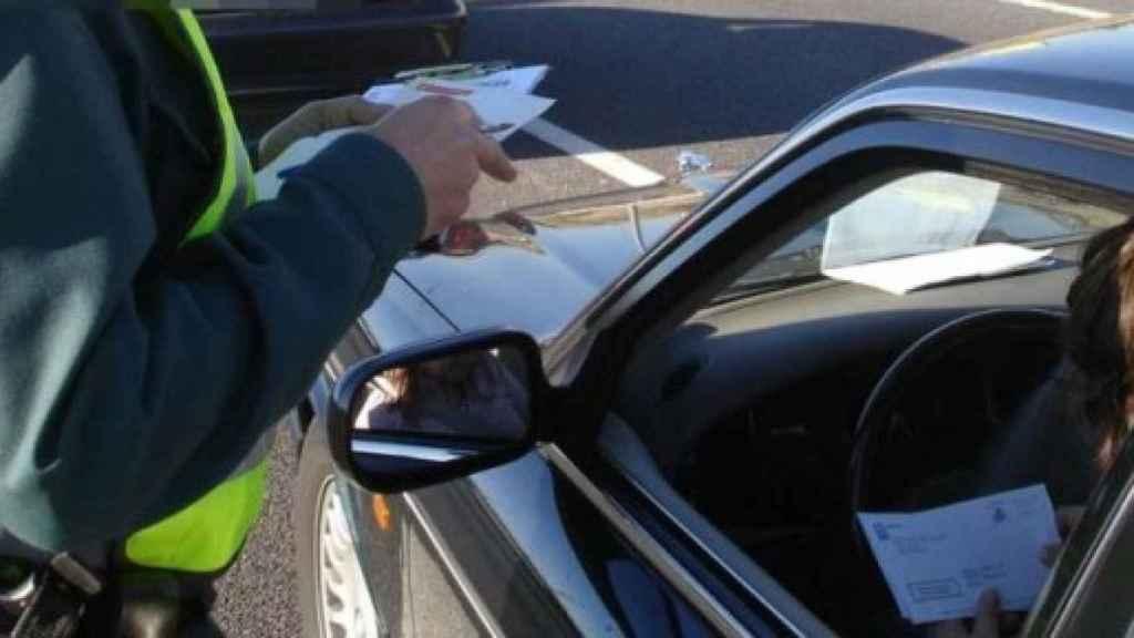 Estos son los documentos que siempre debes llevar en el coche