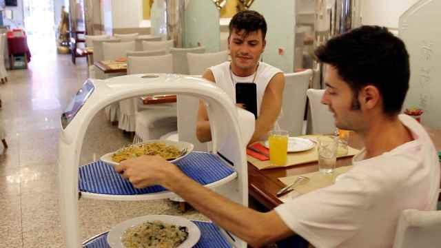 Un robot sirve la comida en el restaurante chino 'Buen Gusto'