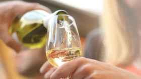 Desmentimos las falsas teorías sobre el vino blanco.