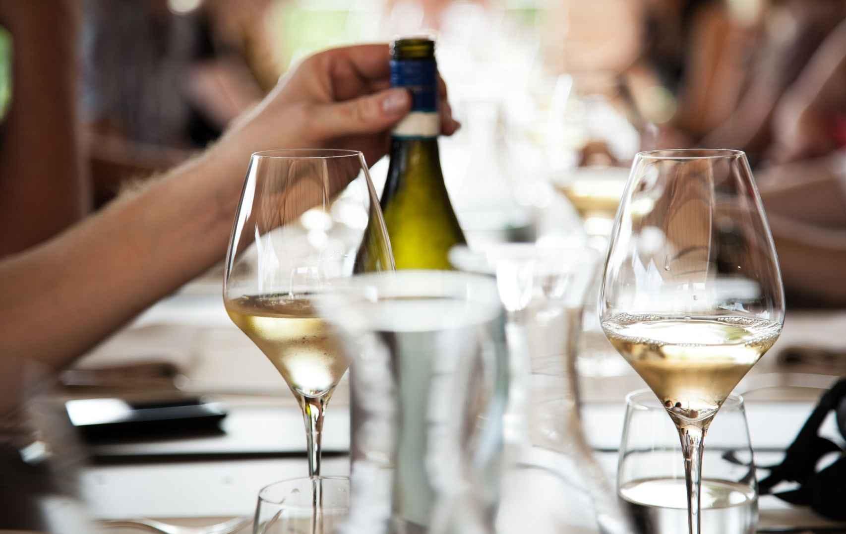 El vino blanco tiene beneficios para la salud.