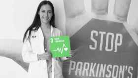 Natalia López sostiene el cartel de Objetivo de Desarrollo Sostenible número 3 sobre salud y bienestar.