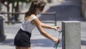 Imagen de una joven refrescándose por las altas temperaturas.