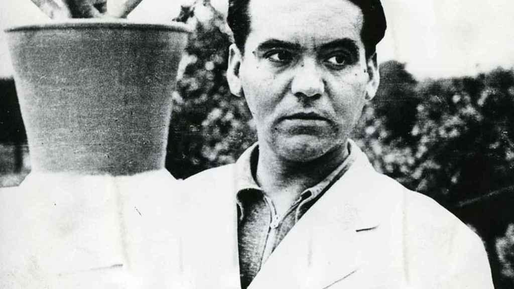 Lorca en la huerta de San Vicente, Granada, en 1935.