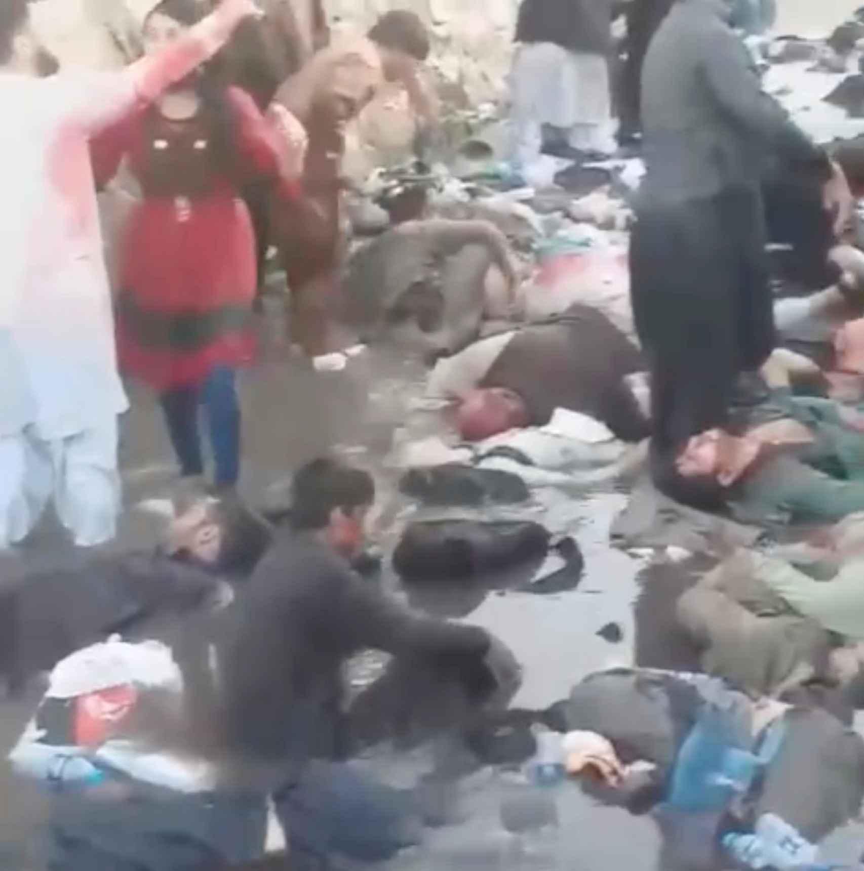 Víctimas del atentado de este jueves en el exterior del aeropuerto Hamid Karzai.