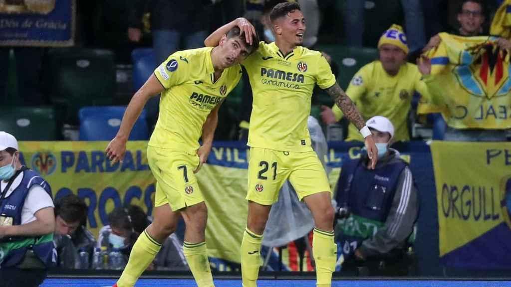 Gerard Moreno, con Yeremi Pino en la Supercopa de Europa