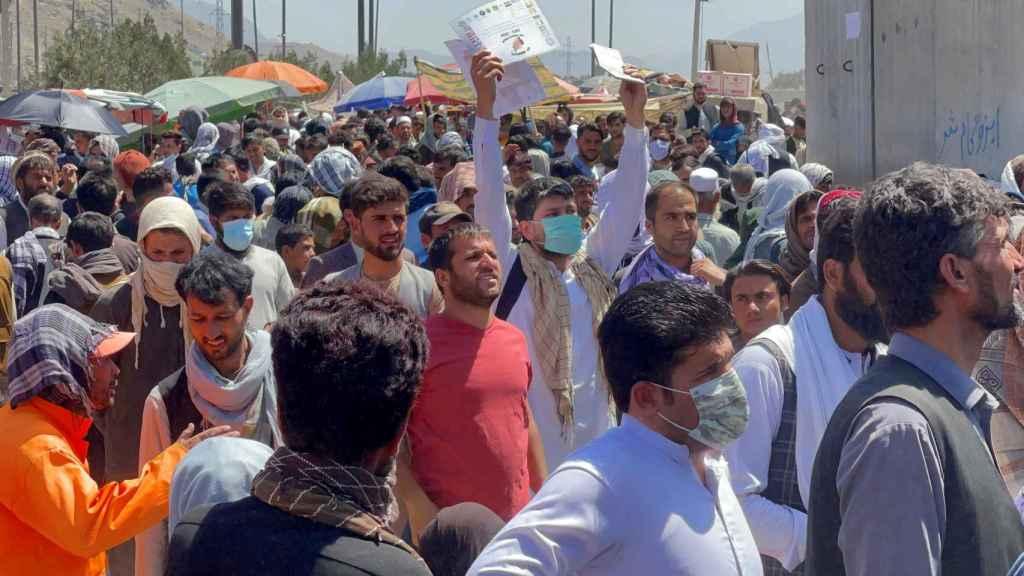 Una multitud de afganos se agolpa en el aeropuerto Hamid Karzai con la esperanza de ser evacuados en algún vuelo internacional.