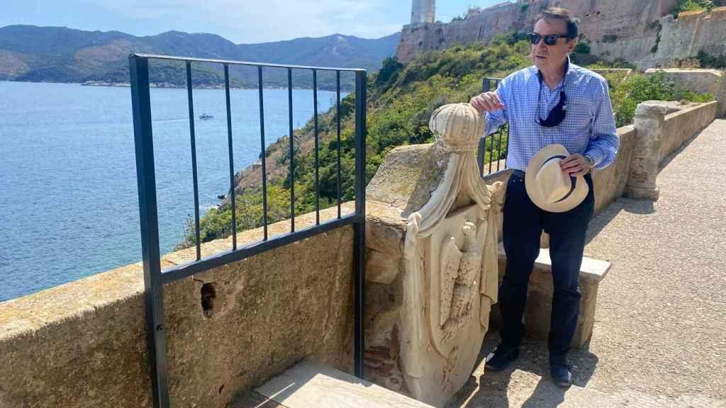 Pedro J. Ramírez, presidente y director de EL ESPAÑOL, en el mirador de Portoferraio.