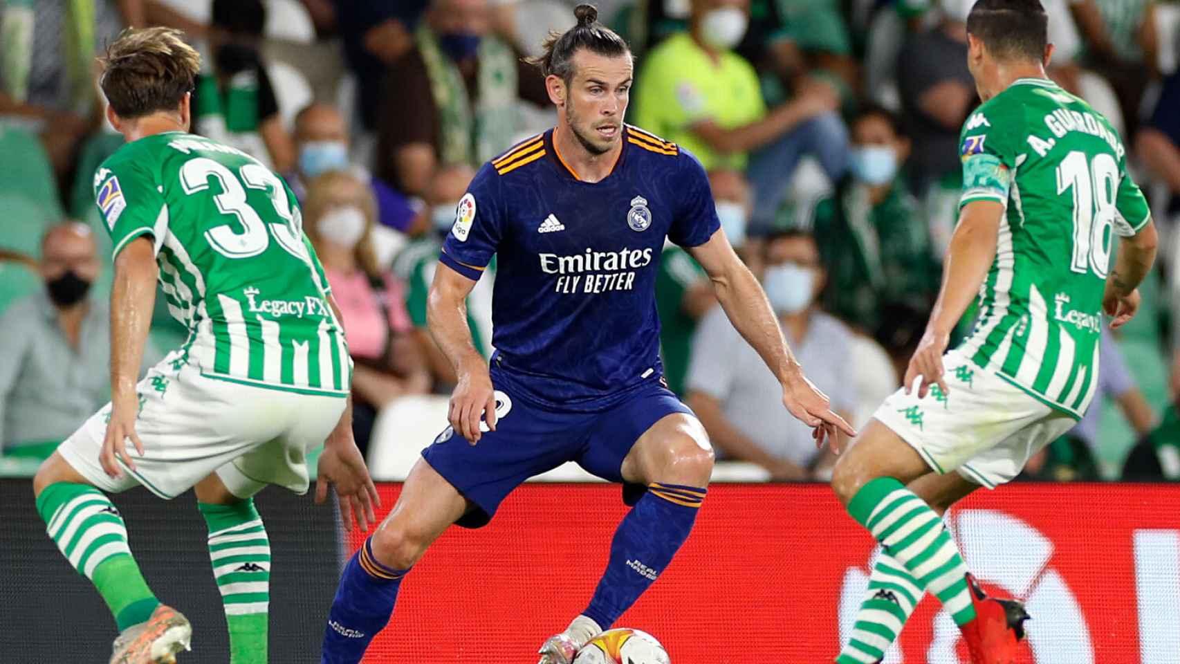 Gareth Bale, presionado por dos futbolistas del Real Betis