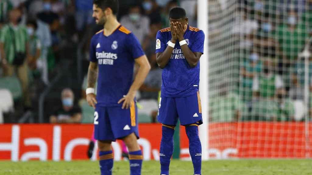 David Alaba e Isco Alarcón durante el partido frente al Real Betis