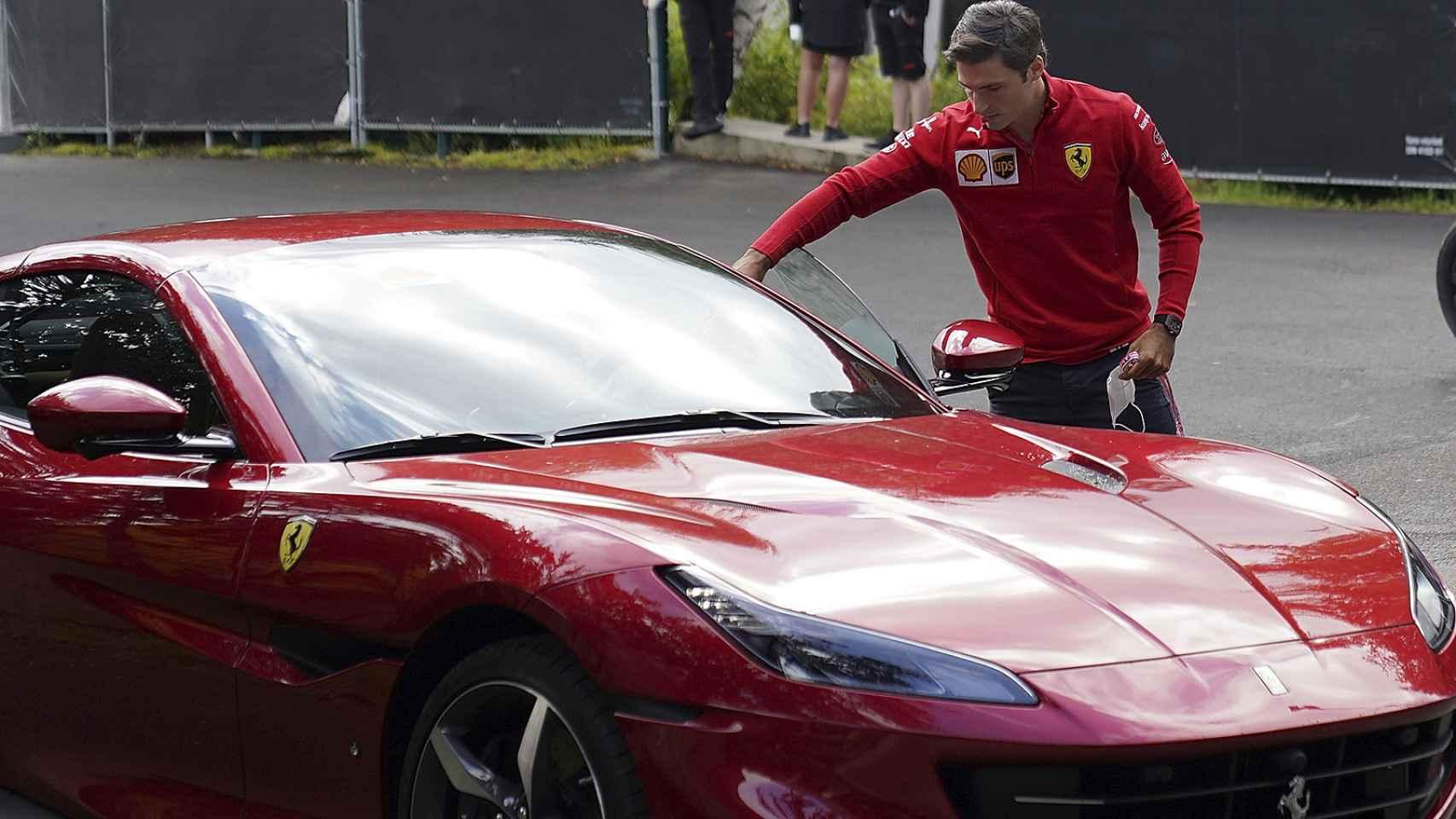 Del Ferrari de Carlos Sainz al patinete de Fernando Alonso: los otros 'vehículos' de los pilotos fuera de las carreras