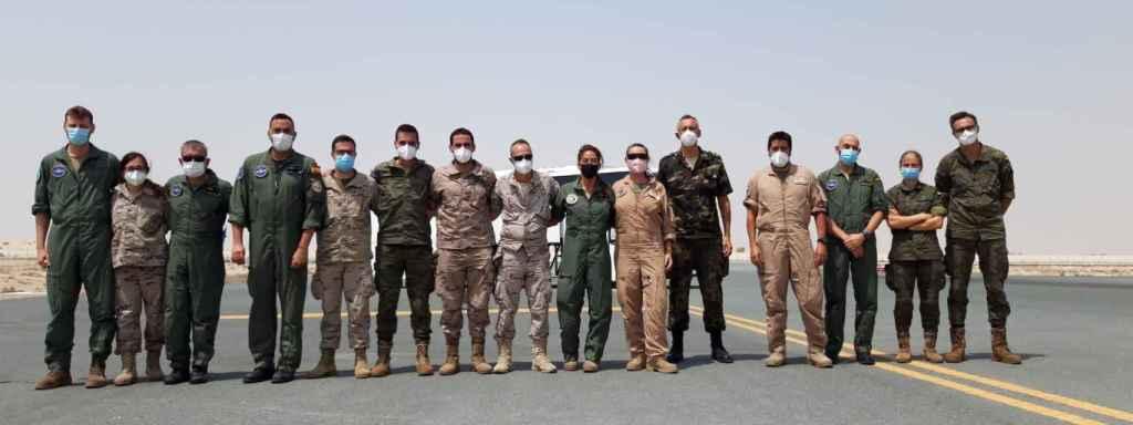 15 de los 21 integrantes del comando médico militar en la pista de despegue de Dubái en una de las paradas del 'puente aéreo' permanente que mantuvieron con Kabul.