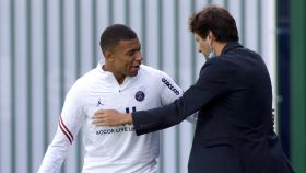 Mbappé y Leonardo se saludan