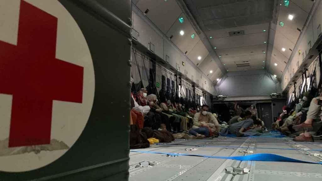 Los refugiados afganos en el interior de un vuelo de evacuación.