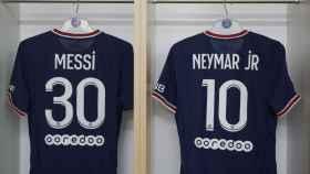Camisetas de Messi y Neymar, en el vestuario del PSG