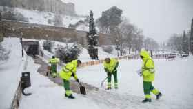 Varios empleados municipales trabajan durante el paso de 'Filomena' por Toledo