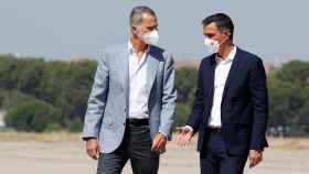 Felipe VI y Pedro Sánchez, el pasado sábado en la base aérea de Torrejón.