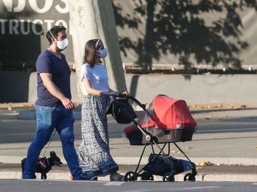 Inés Arrimadas y Xavier Cima paseando a su hijo Álex por las calles de Madrid.