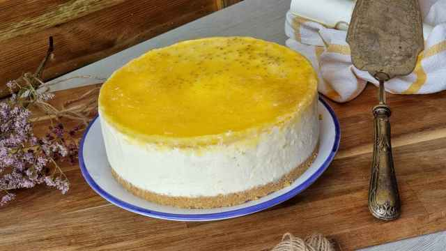 Tarta de queso fría con fruta de la pasión y chía
