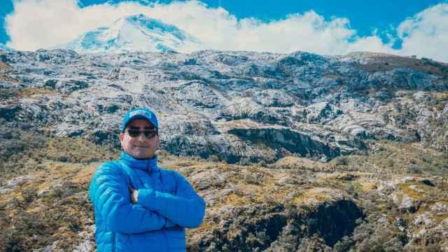 Christian Yarlequé, investigador del INAIGEM, durante una expedición al Huascarán, la cumbre nevada más alta de los Andes peruanos.