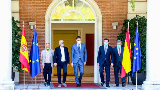 Pepe Álvarez (UGT), Unai Sordo (CCOO), Pedro Sánchez, Antonio Garamendi (CEOE) y Santiago Aparicio (Cecale).