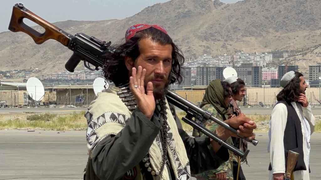 Varios talibanes en el aeropuerto de Kabul.