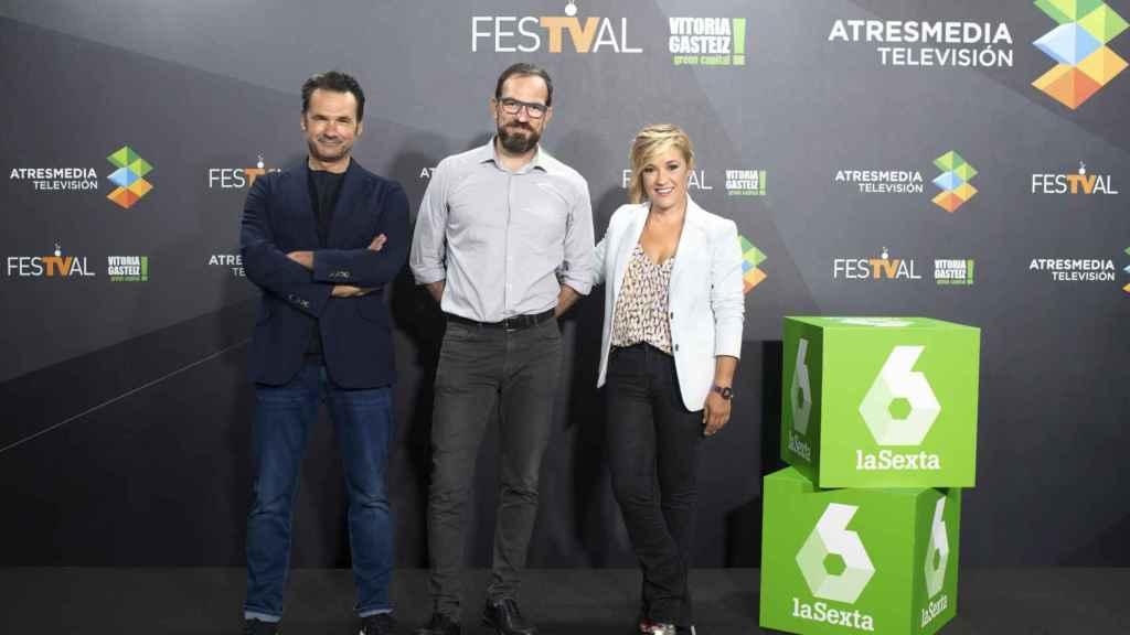 Iñaki López, César González y Cristina Pardo en la presentación de 'Más vale tarde'.