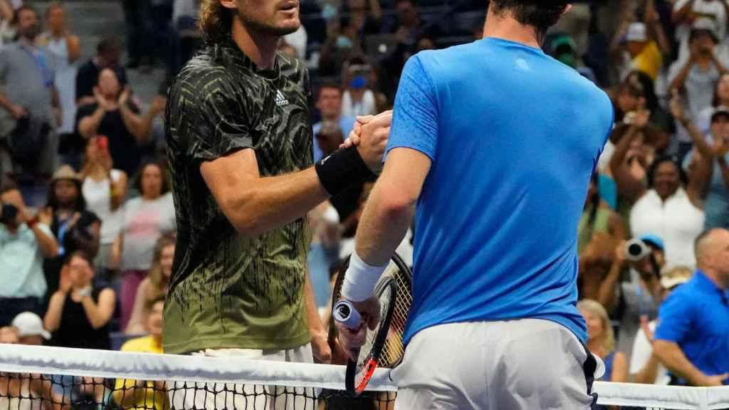Tsitsipas y Andy Murray se saludan tras el partido