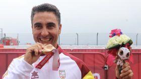 García Marquina con la medalla de bronce. Foto: RFEC