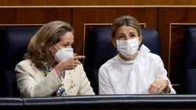 Nadia Calviño y Yolanda Díaz, durante una sesión del Congreso de los Diputados.