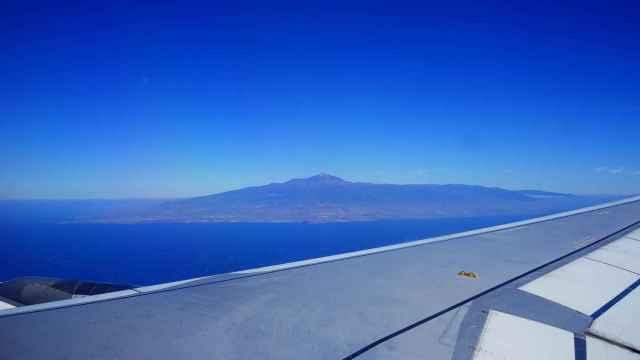 La isla de Tenerife, vista desde la ventanilla de un avión. FOTO: Hans Braxmeier (Pixabay).