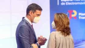 El presidente del Gobierno, Pedro Sánchez, y la vicepresidenta tercera, Teresa Ribera.