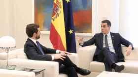 Pedro Sánchez y el presidente del PP, Pablo Casado, en el Palacio de La Moncloa. EP