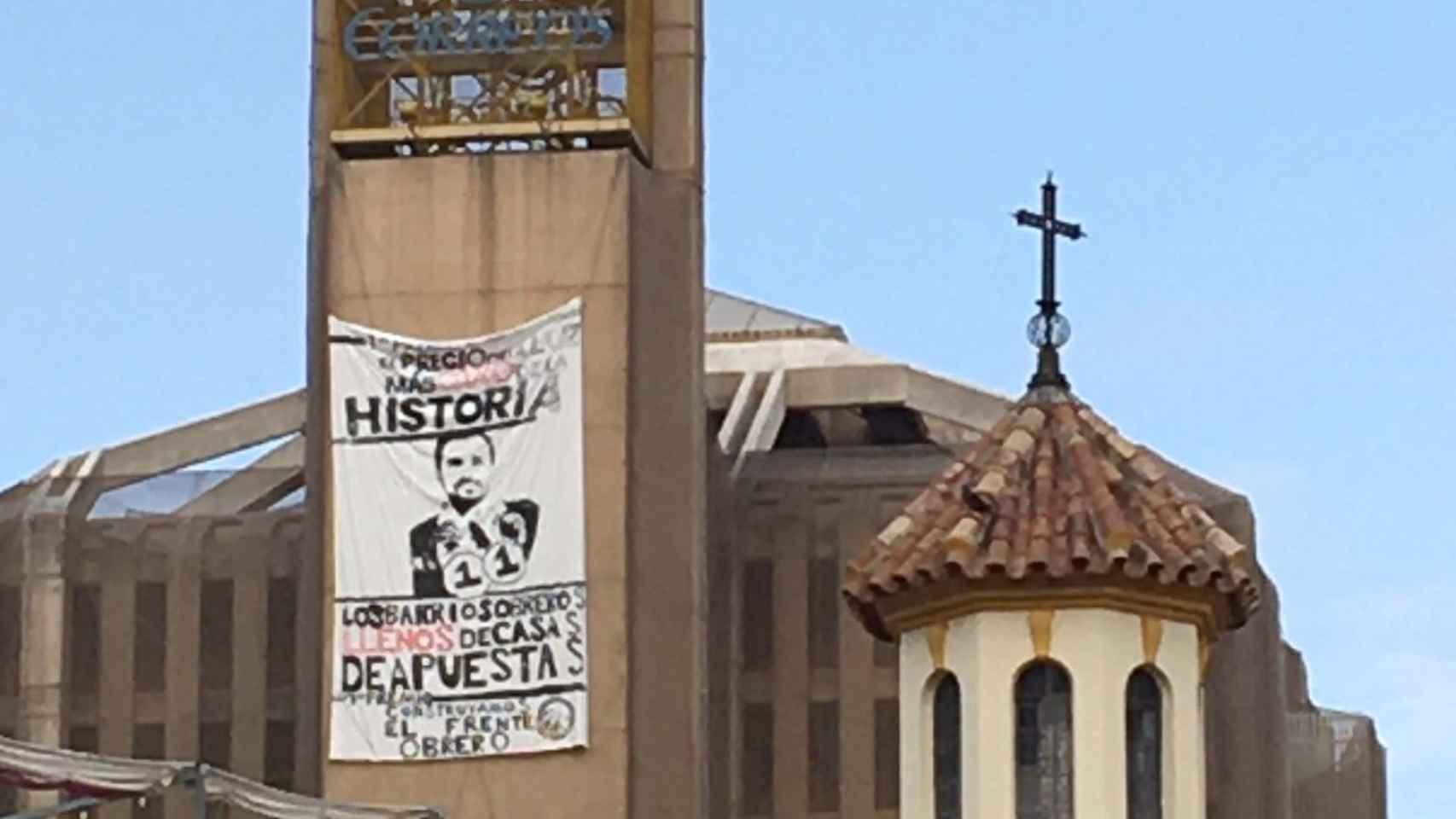 Así desplegó el Frente Obrero la pancarta contra Garzón en Málaga
