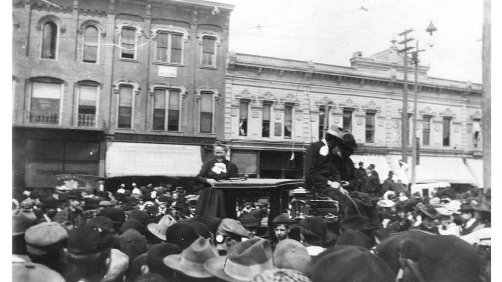 Carrie Nation durante una protesta en Ann Arbour, en 1902.