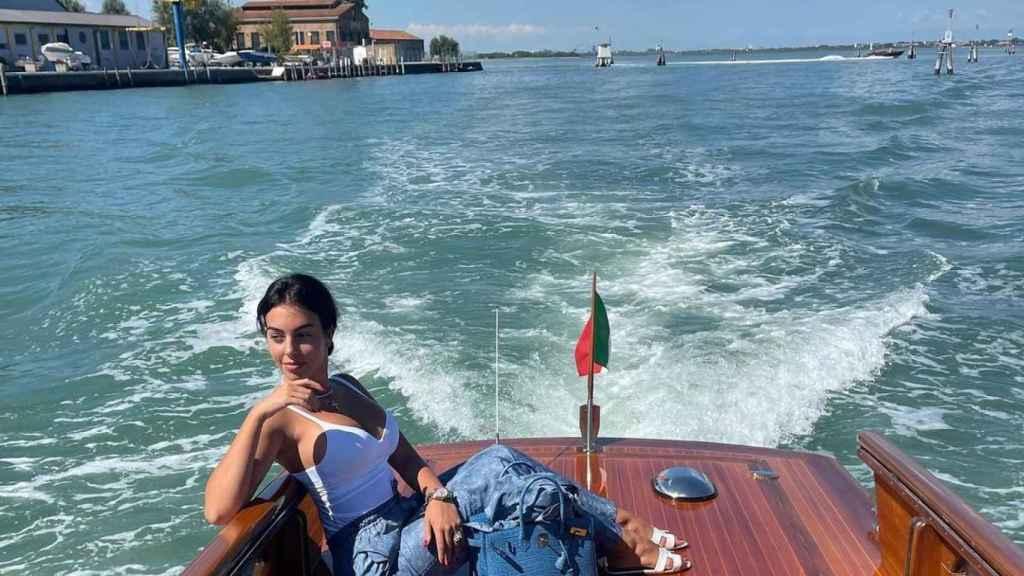 Georgina Rodríguez en uno de los taxis que lleva a la gente hasta Venecia.
