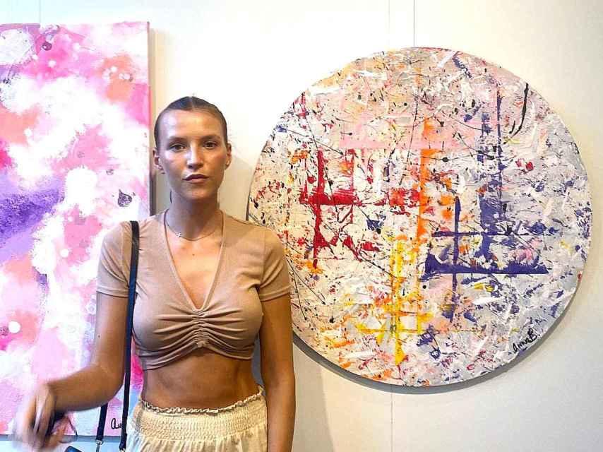 Anna Barrachina junto a alguna de sus obras expuestas este verano en el Hotel Westin de Valencia.
