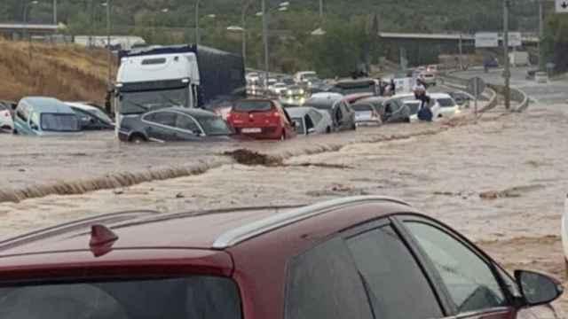 Vehículos atrapados por el agua y el barro en Toledo.