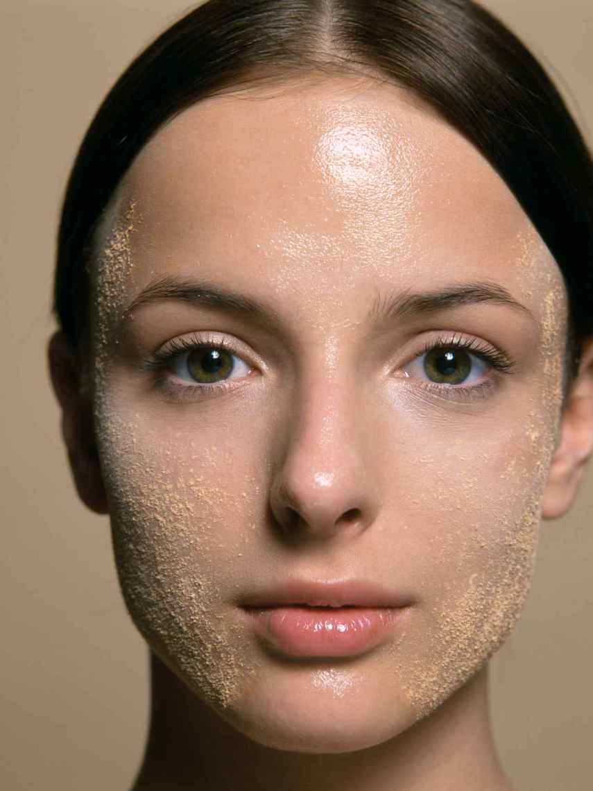 Hay una falsa creencia de que el 'peeling' borra el dorado de tu piel.