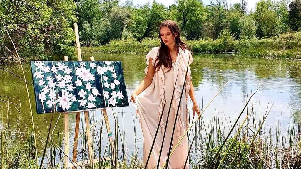 Anna Barrachina junto a su obra 'BRAVE' | Foto: IG @anna.barrachina.paintings