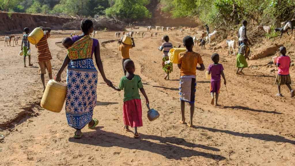 Las mujeres y los niños son los encargados de recoger agua a pie.