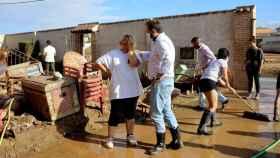 Paco Núñez consolando a una mujer afectada por las inundaciones
